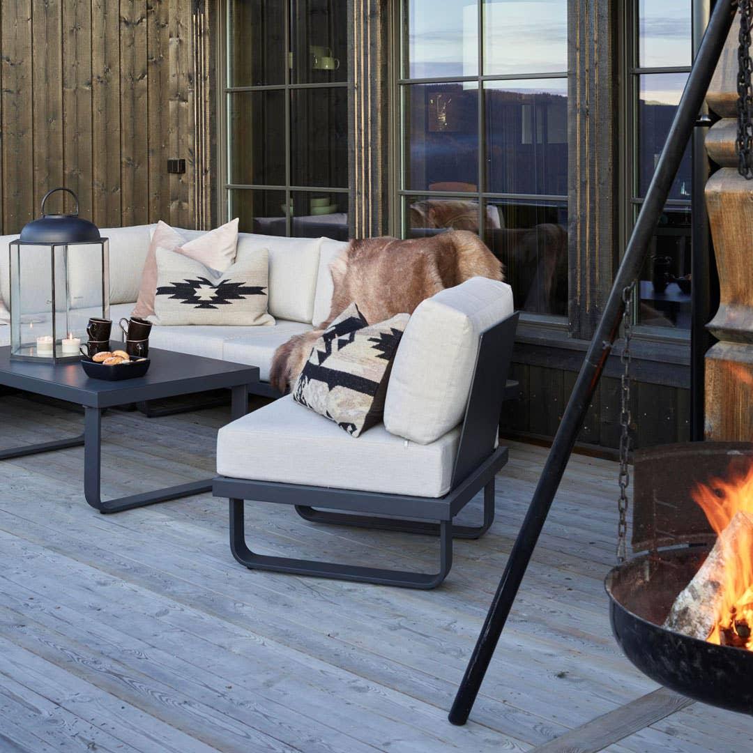 Stearinlys skaper en lun og inviterende stemning, og en terrassevarmer kan hjelpe deg med å forlenge utendørssesongen utover høsten.