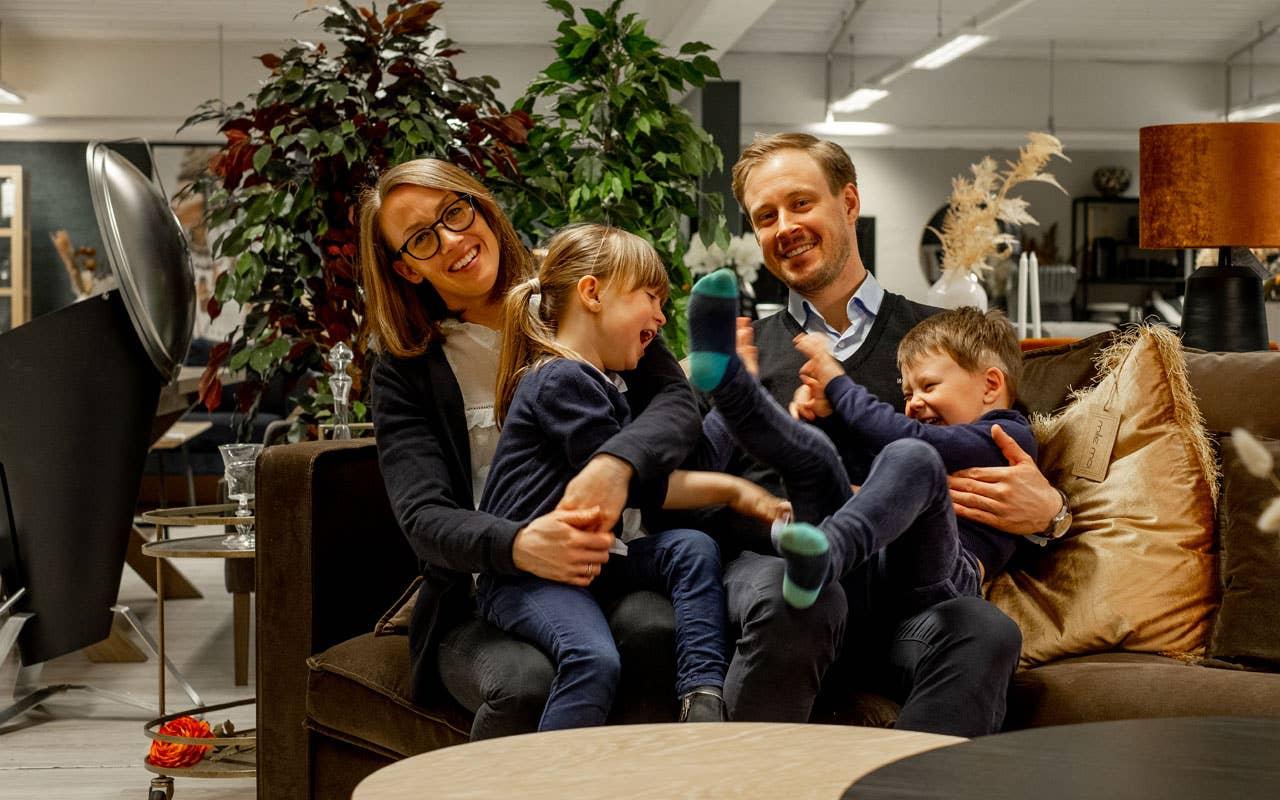 Det er ingen tvil om at barna Saga og Jesper trives i butikken. Foreldrene håper at ungene en dag vil ta arven videre og bli fjerde generasjon møbelhandlere hos Møbelringen Math. Lande.