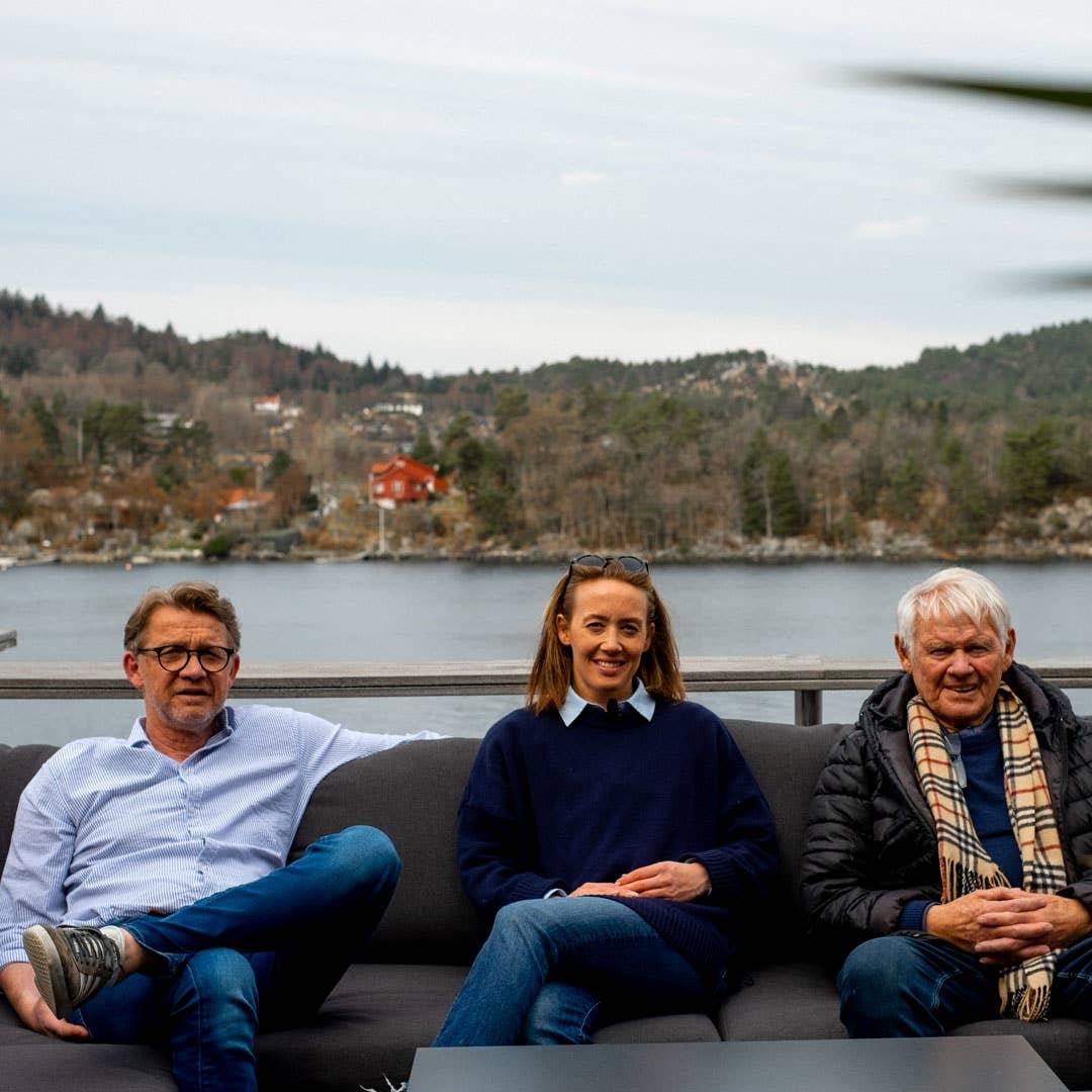 Tre blad Lande – pappa Stein, Iselin og bestefar Mathias. Storfamilien treffes ofte, og det er ikke til å unngå at det blir mye butikksnakk med tre kremmere samlet. Her i utegruppen Andorra.