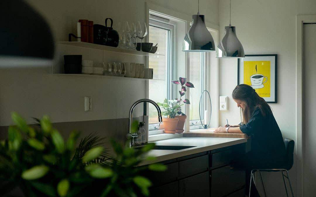 Maiken har talent for interiørdesign, og har blant annet selv tegnet uteplassen foran huset. Hun elsker å sitte ved kjøkkenbenken og pusle med små og store prosjekter.