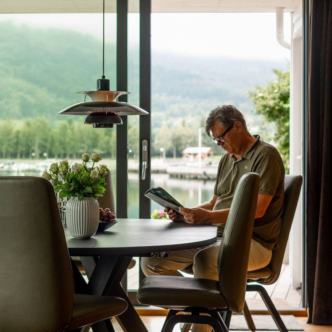 Nils Einar Steinstø stortrives i spisestuen. Før han kjøpte nye spisestuemøbler pleide kvelden å starte her, før selskapet ble flyttet til stuen. Nå blir de sittende i spisestuen hele kvelden.