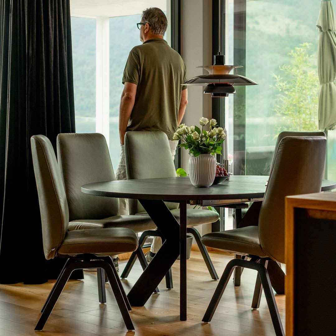 Med Woodstory spisebord D19 fikk Steinstø valgfriheten han var ute etter. Han kunne velge mellom ask og eik, og mellom mange forskjellige bein i forskjellige former og materialer.