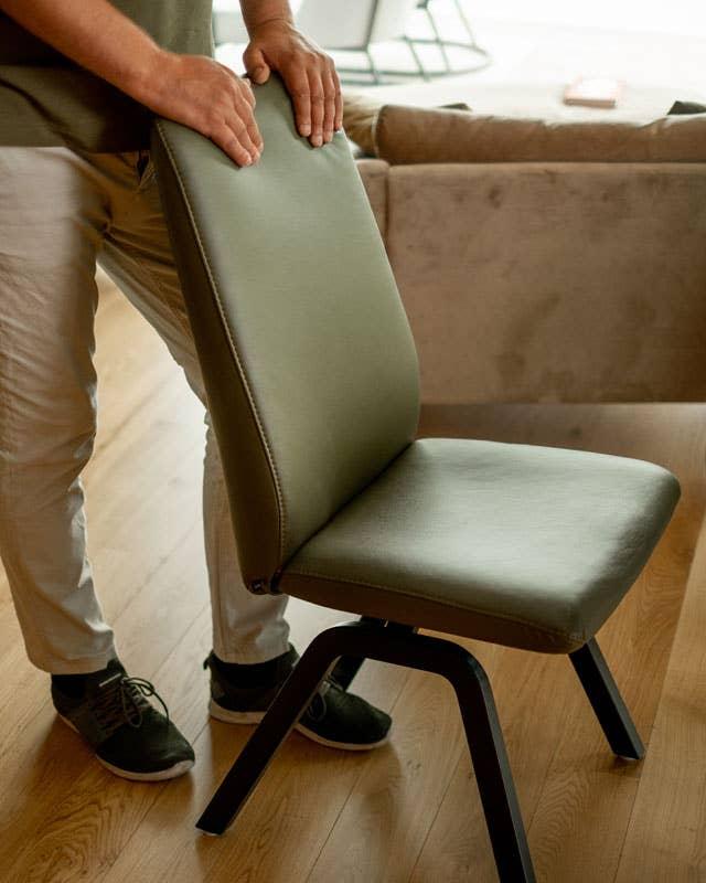 Steinstø var solgt med én gang han ble introdusert for Stressless Dining-serien. Den ga ham både den fysiske og den estetiske fleksibiliteten han var ute etter, og stolene synes han er fantastiske å sitte på.