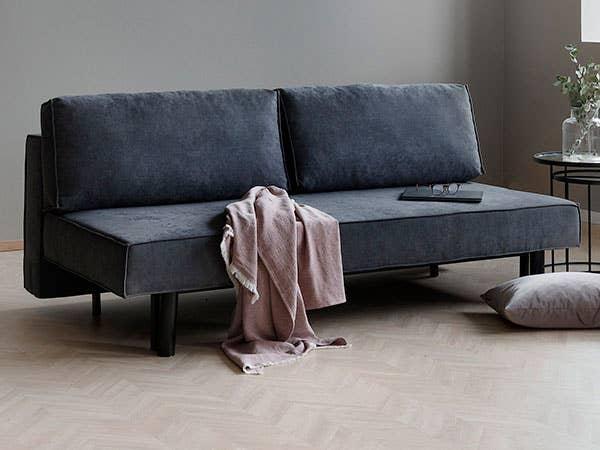 Fly er en nett og elegant sovesofa som tar liten plass på hjemmekontoret, men gir god plass til to overnattingsgjester når du slår den ut. Vinn-vinn!