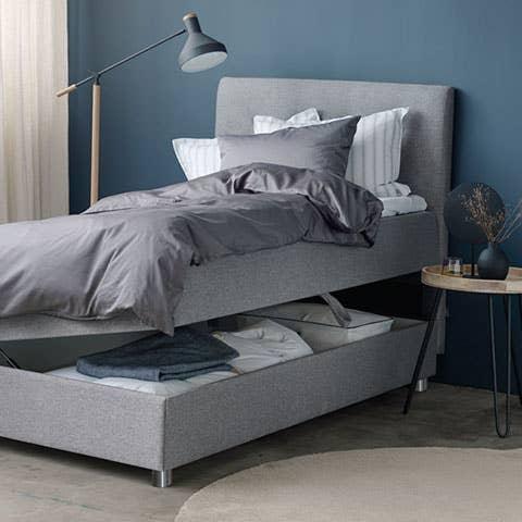 Odin rammeseng med oppbevaring er et supert valg til gjesterommet. Her får du alt du trenger: En komfortabel og elegant seng til gjestene – med oppbevaringsplass til både dyner, puter, sengetøy og eventuelt kontorrekvisita.