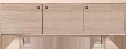 Skjenken Civitas er en av nyhetene i sortimentet, og har både skuffer og dører – og masse plass til oppbevaring. Den er produsert av PBJ Designhouse, som har stolte design- og håndverkstradisjoner siden 1968, og fås i sort eik, lys eik og valnøtt.