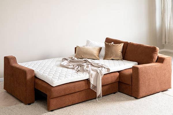 Nyheten Embla sovesofa er en del av en serie sofaer med et klassisk og tidløst design kombinert med god sittekomfort. I denne sover gjestene dine godt – og når de har reist hjem kan du trylle den om til sofa igjen, og sette deg godt tilbake med en kopp te
