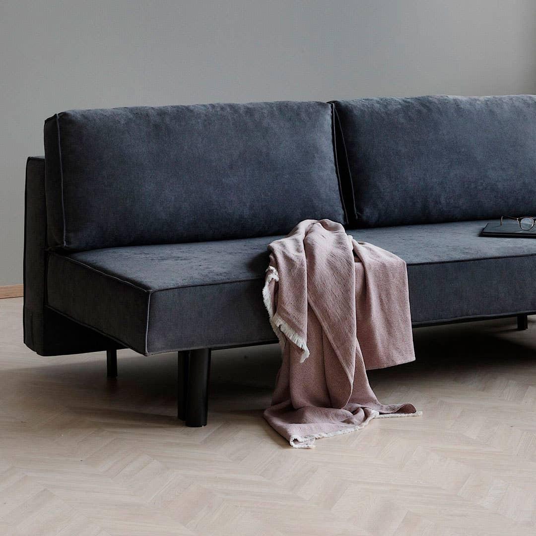 Fly sovesofa kan like gjerne få plass i stuen som på gjesterommet. Den har plass til to overnattingsgjester og er enkel å forvandle fra sofa til seng. Denne er også fin til en kjellerstue eller på ungdomsrommet – eller kanskje du har en hybel som skal inn
