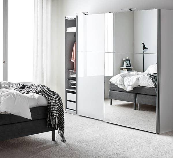 En fin løsning for klesoppbevaring er å velge et garderobeskap med speil, så du kan se hvordan antrekket faktisk ser ut på også.