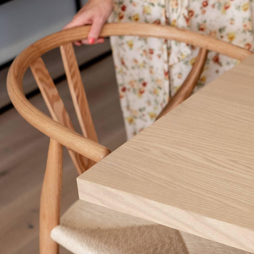 Marie er imponert over kvaliteten på Woodstory-bordet, og setter stor pris på den kyndige veiledningen hun fikk i butikken. Bordet er spesialtilpasset familiens ønsker og behov, og passer perfekt hjemme hos dem.