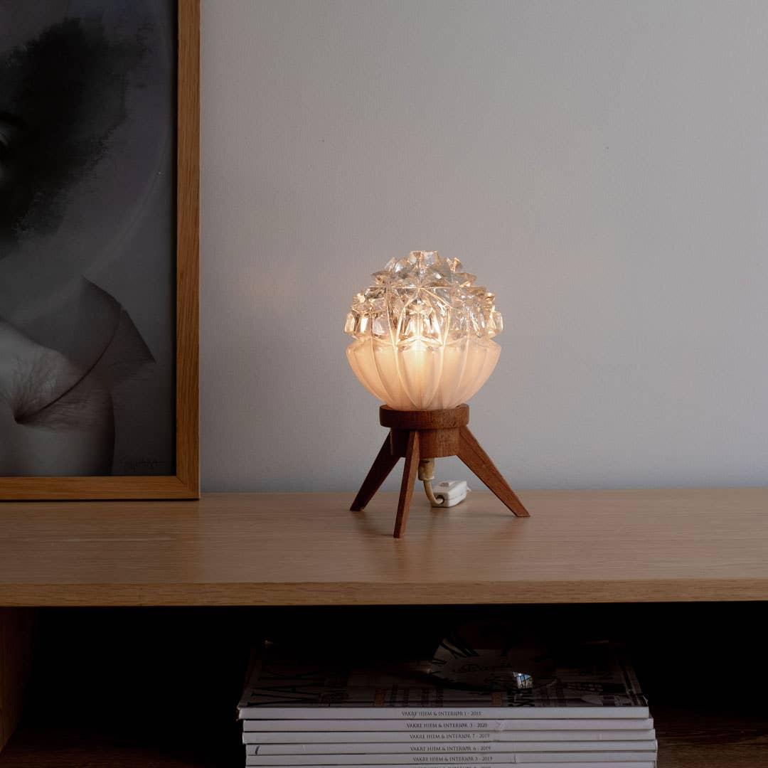 Denne helt unike lampen, som er arvet av mormoren, er en av Maries personlige klassikere. – Det er ikke få gjester som har spurt om hvor de kan få tak i en slik lampe, men den er ikke lenger i produksjon, forteller Marie.