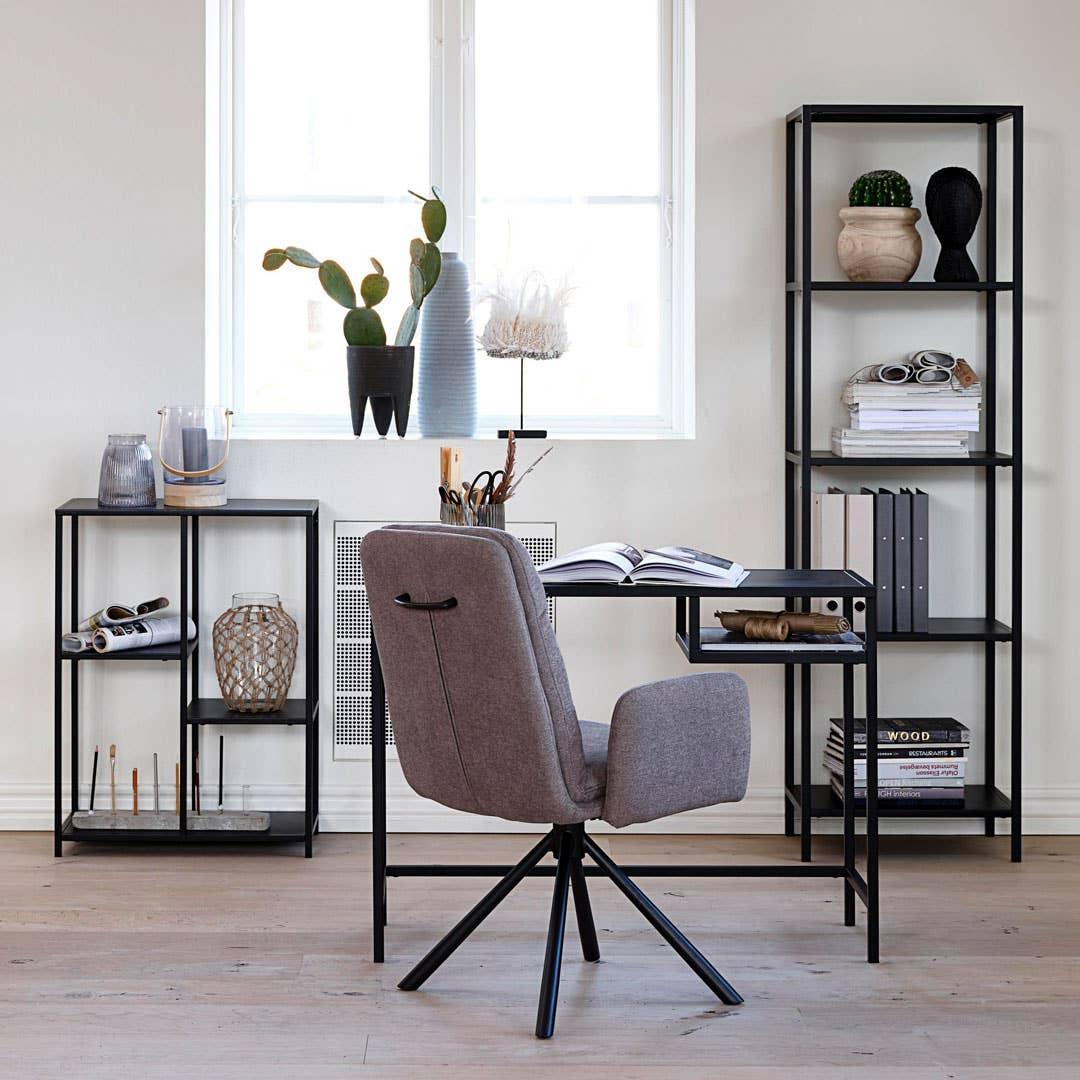 Joy skrivebord og reoler med Dicte spisestol m/armlene og swing.