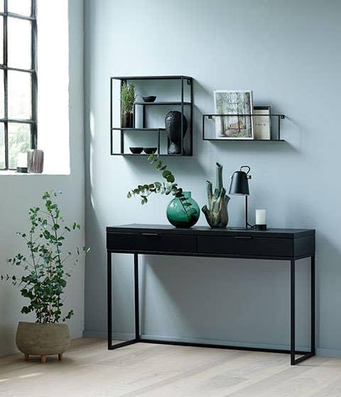 Noir konsollbord lar deg skape et «hemmelig» hjemmekontor i stuen. Konsollbordet tar seg godt ut med pynt og dekor på når det ikke fungerer som arbeidsstasjon, men kan enkelt forvandles til en kontorplass når du trenger det.