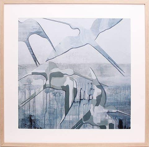 «We are the ones we were» av Henriette Roka-Aardal er et stort bilde på én ganger én meter. Det dekker mye av veggen, men de duse fargene og vakre formene gjør at det skaper en god romfølelse uten å føles for dominerende.