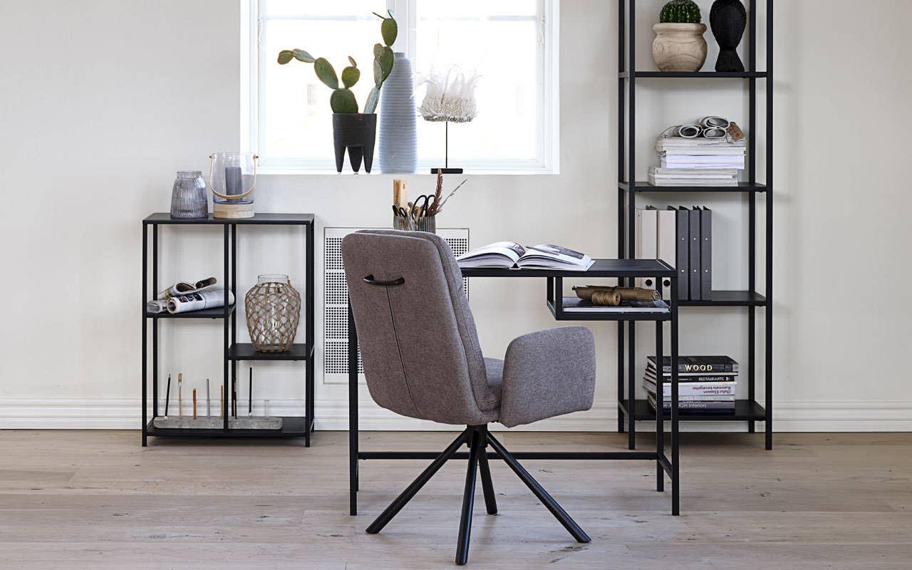 I serien Joy får du både en praktisk og nett skrivepult og pene, matchende hyller. Uttrykket er lett og luftig og passer derfor perfekt om du skal innrede et hjemmekontor i et lite rom. Dicte spisestol med sving har god sittekomfort.
