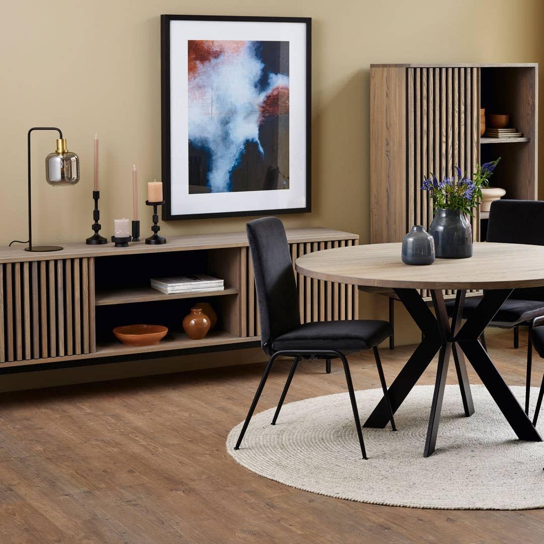 Woodstory Akustik skjenk og høyskap, Woodstory spisebord og Stressless Laurel spisestol.