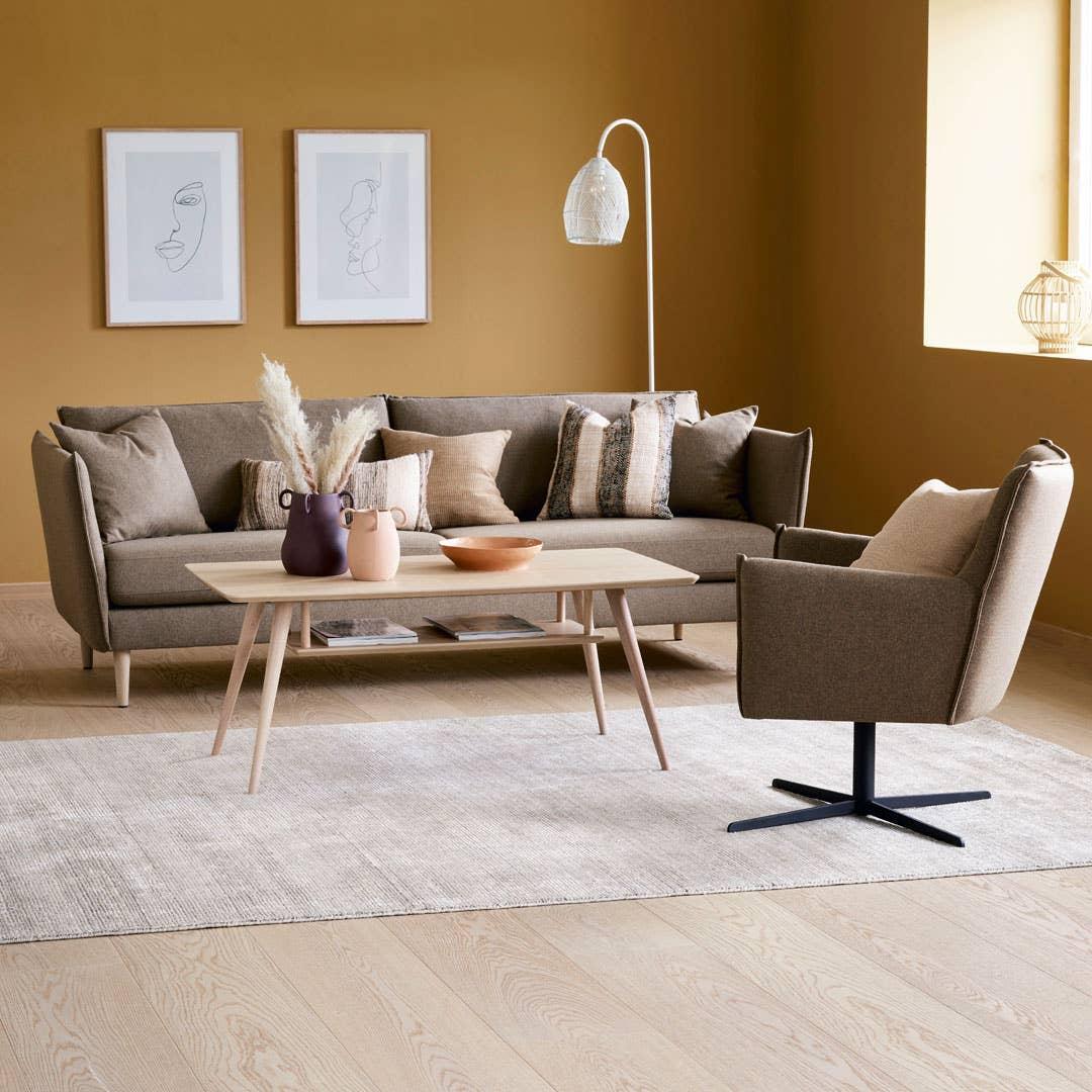 Jord- og rusttoner blir viktige for både møbler og tilbehør i høst, og har du en nøytral sofa kan du enkelt tilsette puter i trendnyansene for å få den oppdateringen du ønsker deg. Stordal Sandefjord modulsofa og Fjørå stol. Kleppe Retro sofabord.