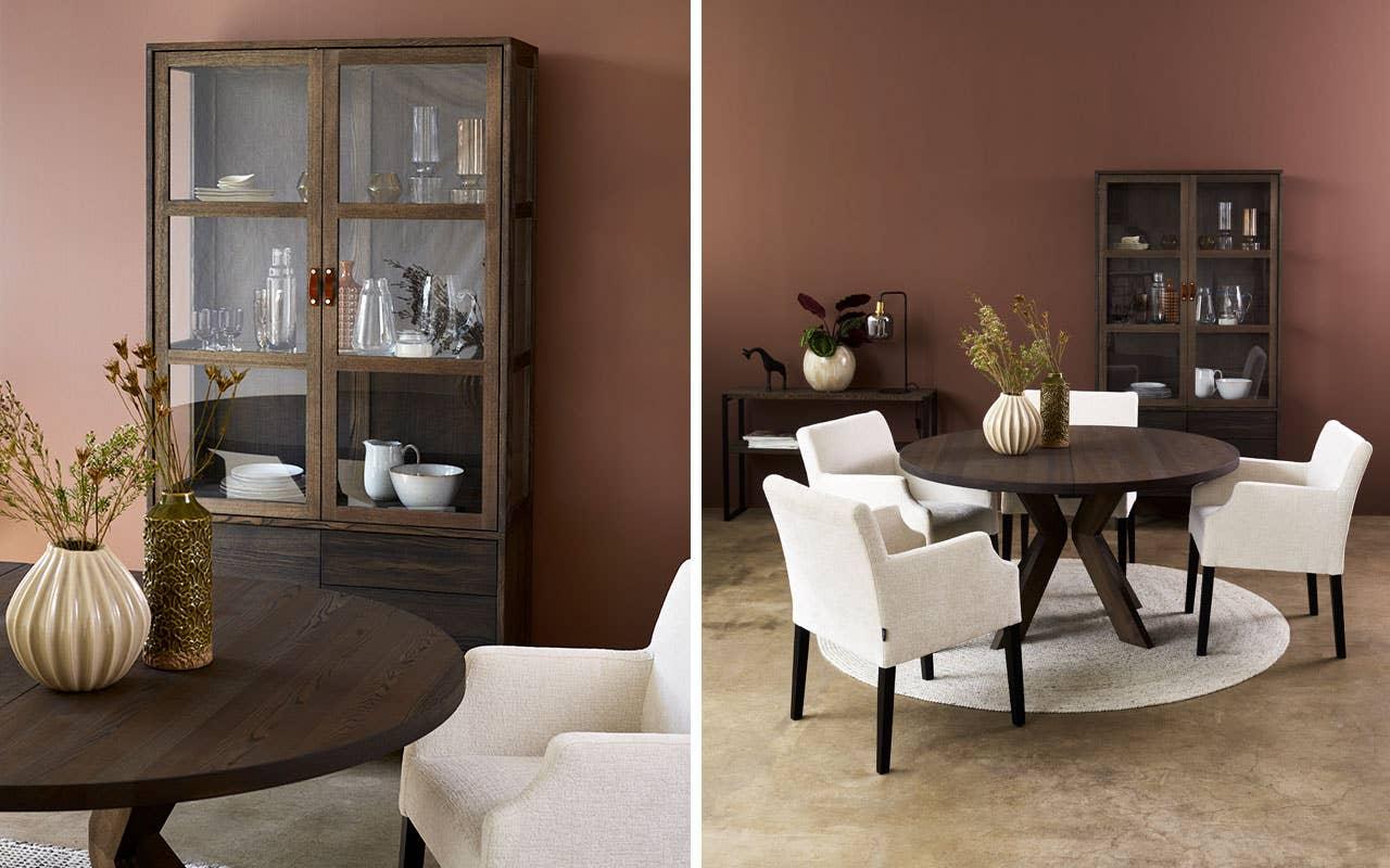 Spisebord, skjenker og vitrineskap i tre har en varighet i seg som treffer midt i høstens tendenser. Woodstory spisebord og skjenk med Palma spisestol.