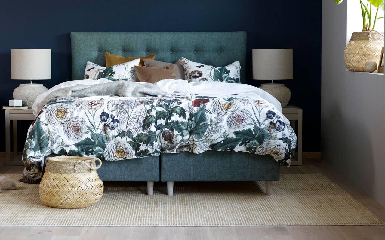 Nordmenn er særlig glade i hotellstilen på soverommet, og da passer de dype blåtonene perfekt for å skape et avslappende og godt miljø.