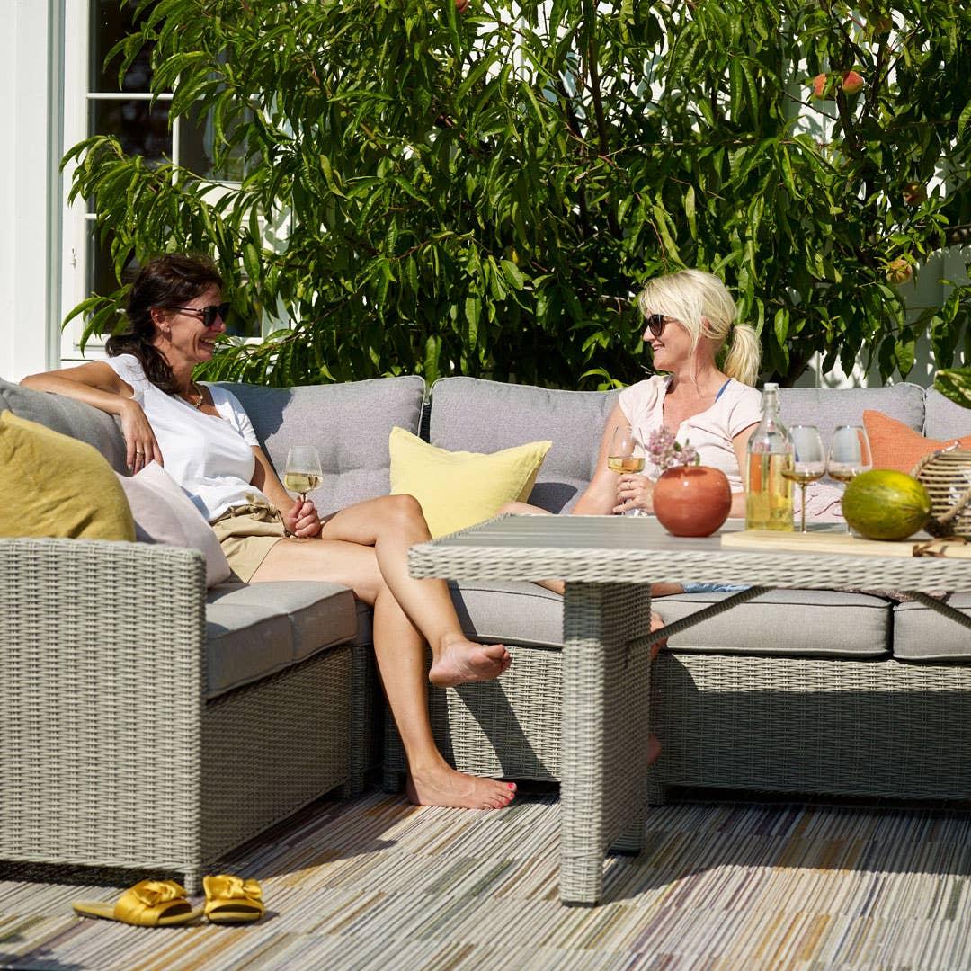 Med en myk og romslig sofa på plattingen utenfor hytta, sikrer du deg et ekstra rom gjennom sommeren. Her ser du flotte Firenze vinkelsofa med bord.
