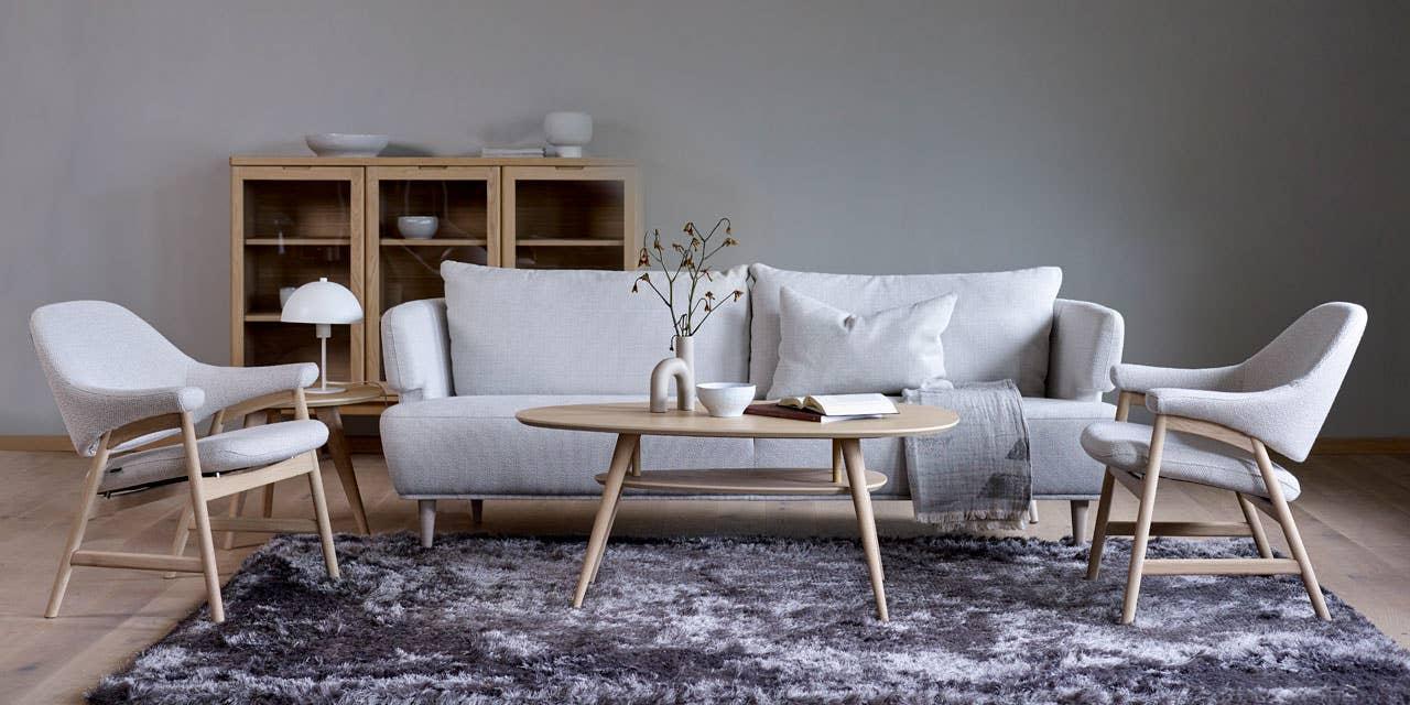 Lyse stuemøbler gir en avslappet og sommerlig stil til hytta. I de lekre Lilly 3,5-seter og Bris stol fra Brunstad er det godt å slappe av etter en lang dag på sjøen eller en tur i skogen.