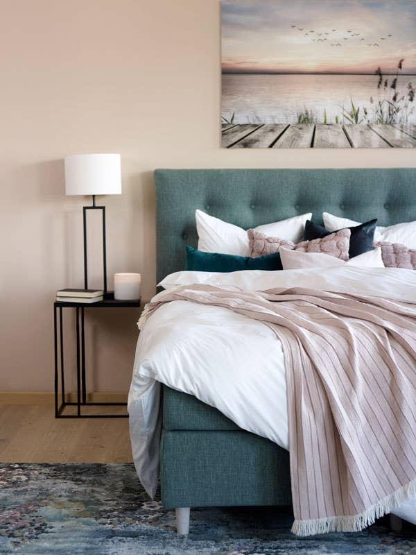 Med en seng i en behagelig og nøytral farge som denne blågrønne Windsor kontinental fra Wonderland, kan du enkelt endre uttrykket ved å legge til noen nye puter eller andre tekstiler.