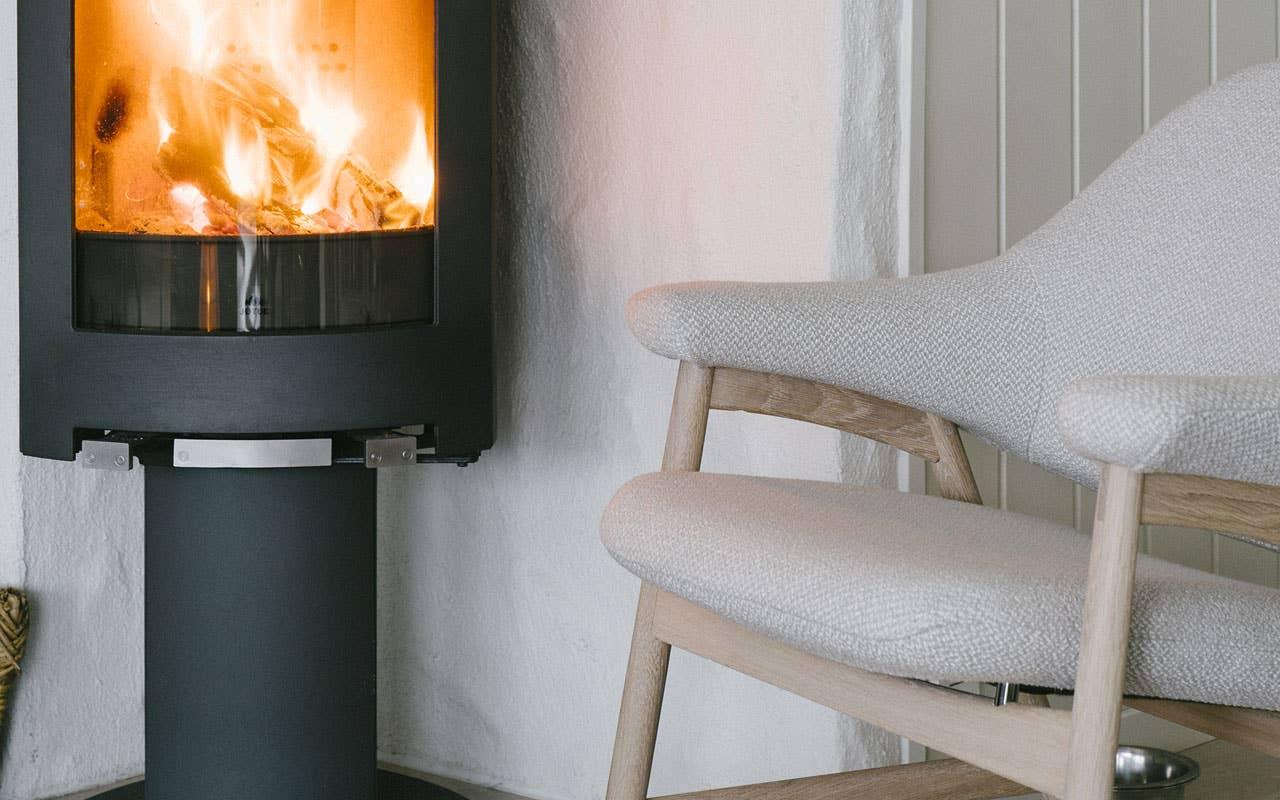 Bris er designet med inspirasjon fra 60-/70-tallet. En lounge-stol som er god å sitte i og lett å flytte på.