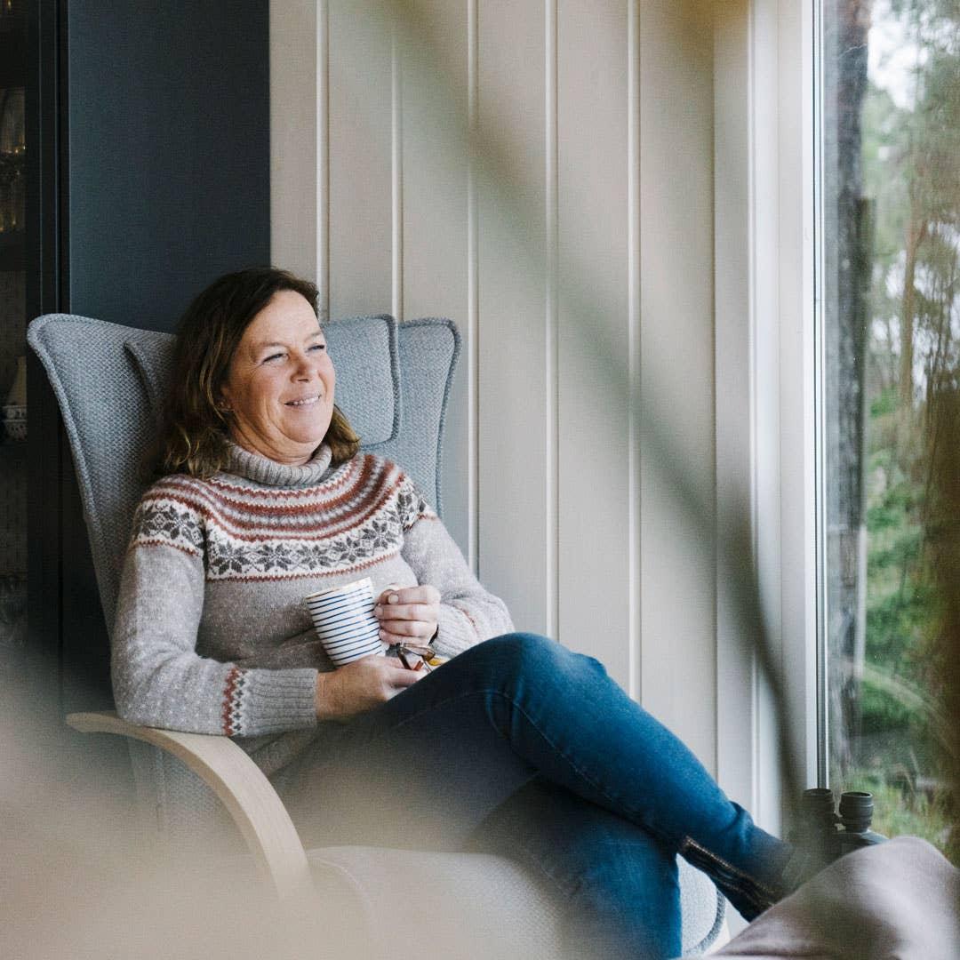 Morgenkaffe med utsikt til havet er ikke å forakte. Torill nyter rolige hyttemorgener i en deilig hvilestol fra Brunstad.