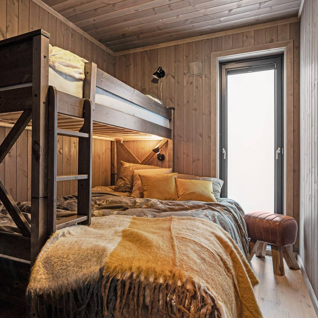 På soverommene er det nok av sengeplasser til gjester i køyesengene Vinstra. Norskprodusert køye med skuvseng. Gårdsgrå heltre furu.