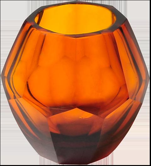 Levende lys skaper den helt rette hyttestemningen, og en lysholder i farget glass gir et mykt og behagelig lysspill i rommet. Nova fra Hødnebø finnes i flere ulike farger.
