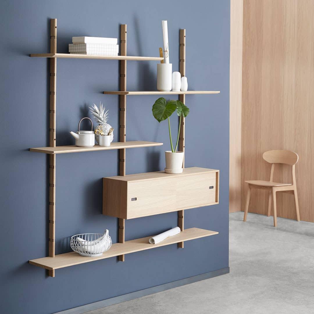 LESS-serien er en vegghengt oppbevaringsserie som like gjerne kan brukes i gangen som i stuen. Reolen kan bygges som du ønsker, så du også kan tilpasse den til en liten entré. Den har smarte rom med skyvedører der du kan legge nøkler og småting,