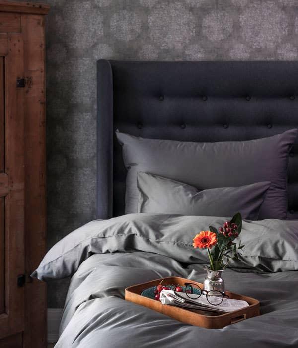 Cloud sengesett finnes i mange farger, her i en lekker grå som går ton-i-ton med veggen.