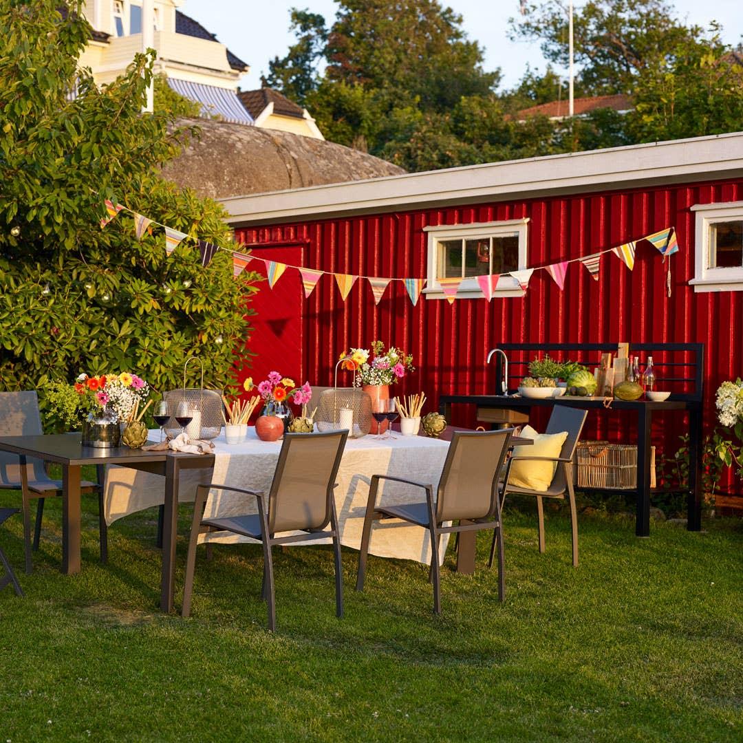 Utemøblene i Freeport-serien gir rom for sosialt samvær i hagen. Det største spisebordet i serien kan enkelt utvides fra 2 til 3 meter ved hjelp av det integrerte uttrekket, og stolene kan enkelt stables når de ikke er i bruk.