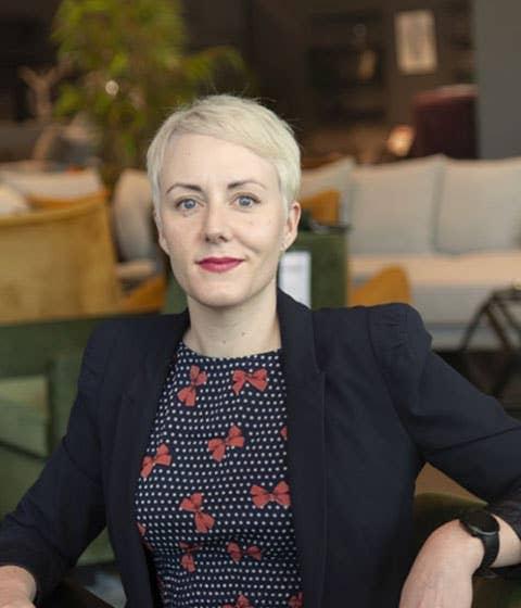 Markedssjef i Møbelringen, Åse Sivertsen, mener det å inspireres av trendene hjelper oss med å finne oss til rette i vår egen personlige stil.