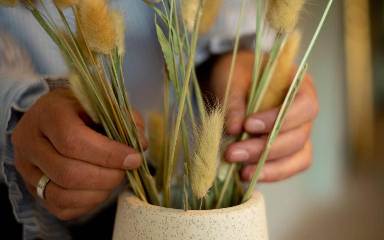 Pynt med spennende tekstur ved å sette strå i en keramikkvase. Kjersti Rostad i Møbelringen mener de grovere og mer rustikke materialene vil dominere trendbildet i høst.