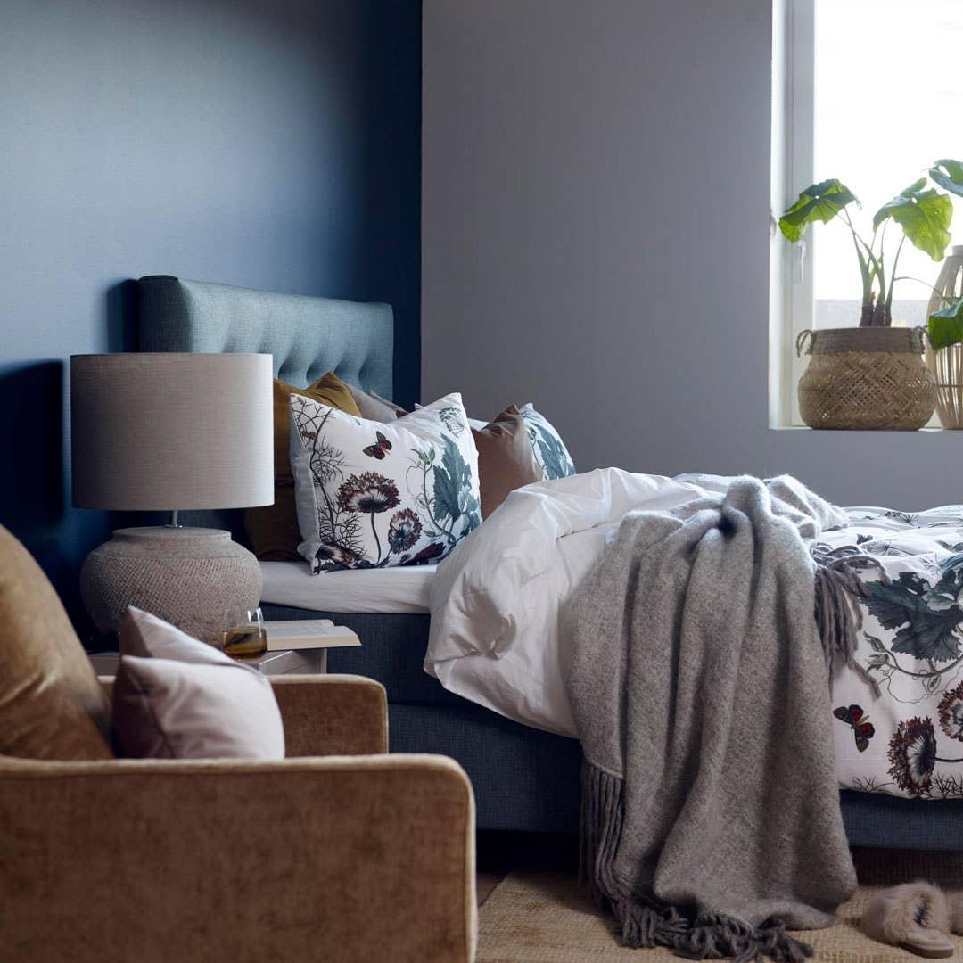 Nordmenn er særlig glade i hotellstilen på soverommet, og da passer de dype blåtonene perfekt for å skape et avslappende og godt miljø. Satt sammen med møbler i velur, skaper det en elegant og eksklusiv følelse i interiøret.