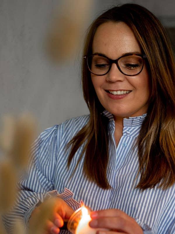 Kjersti Rostad i Møbelringen Orkanger mener levende lys setter stemningen og gjør det enklere å senke skuldrene.