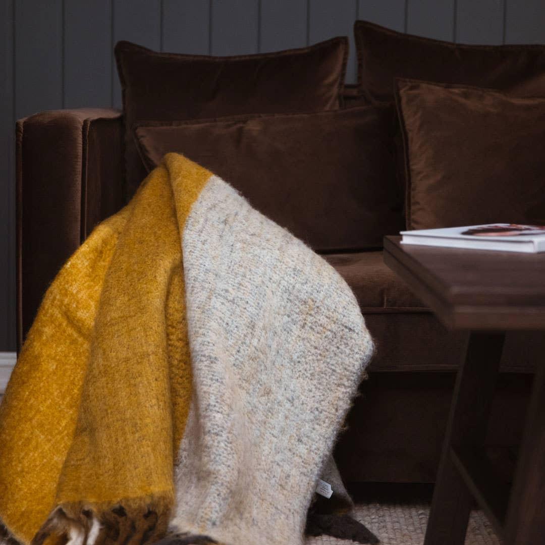 I denne myke sofakroken i velur fra Hødnebø kan du senke skuldrene og finne førjulsroen med et deilig pledd.