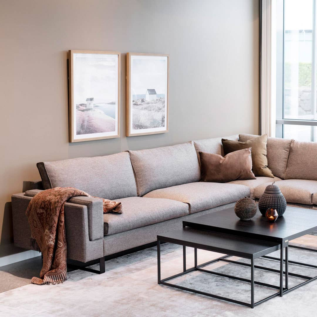 Du kan bygge HØDNEBØ® Hvaler modulsofa så den passer perfekt til stuen din. Du kan velge mellom flere forskjellige farger og ben, og sette sammen moduler så du får alle sitteplassene du trenger.