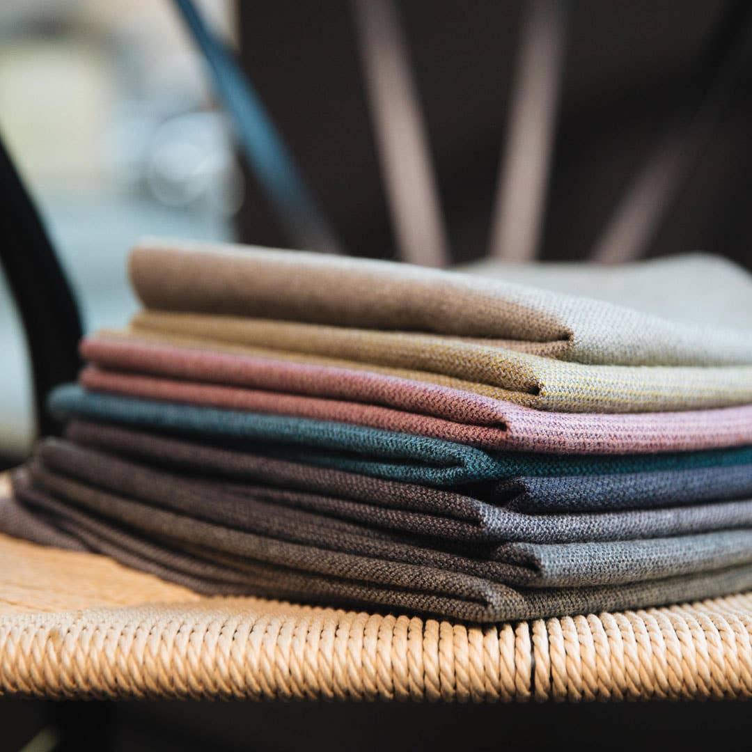 Du kan selv se og kjenne på de ulike materialene som du kan velge mellom når du kjøper og skreddersyr en sofa hos Møbelringen.