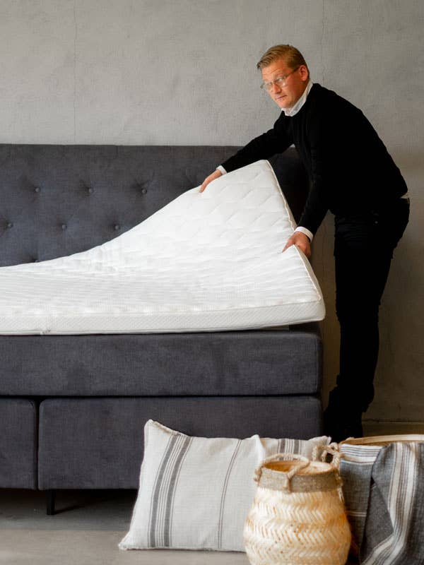 Sengeekspert Simon Pettersson fra Møbelringen i Drammen kan trygt anbefale en kontinentalseng, og forteller at sengen kan tilpasses dine ønsker og behov.