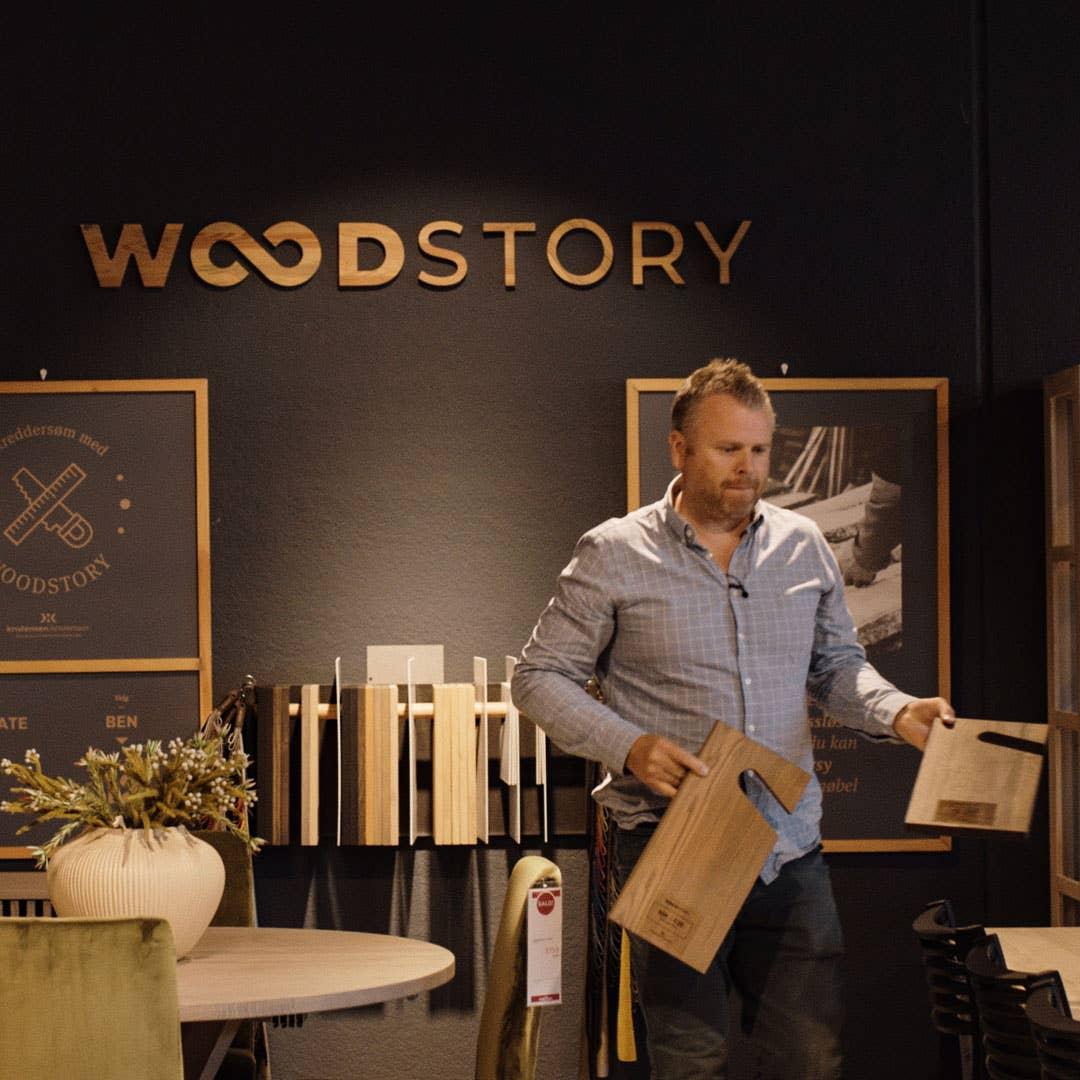 Hos Møbelringen er mange av produktene tilgjengelig med skreddersøm. Det betyr at du kan velge materiale, størrelser, farger og utførelse – som for eksempel Woodstory-serien som lages på bestilling. Da får du nøyaktig det møbelet du ønsker deg.