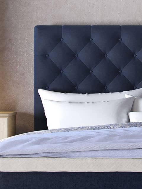 Husk å støvsuge sengegavlen din jevnlig, for å fjerne støv, hår og smuss. Da holder den seg fin lenger.