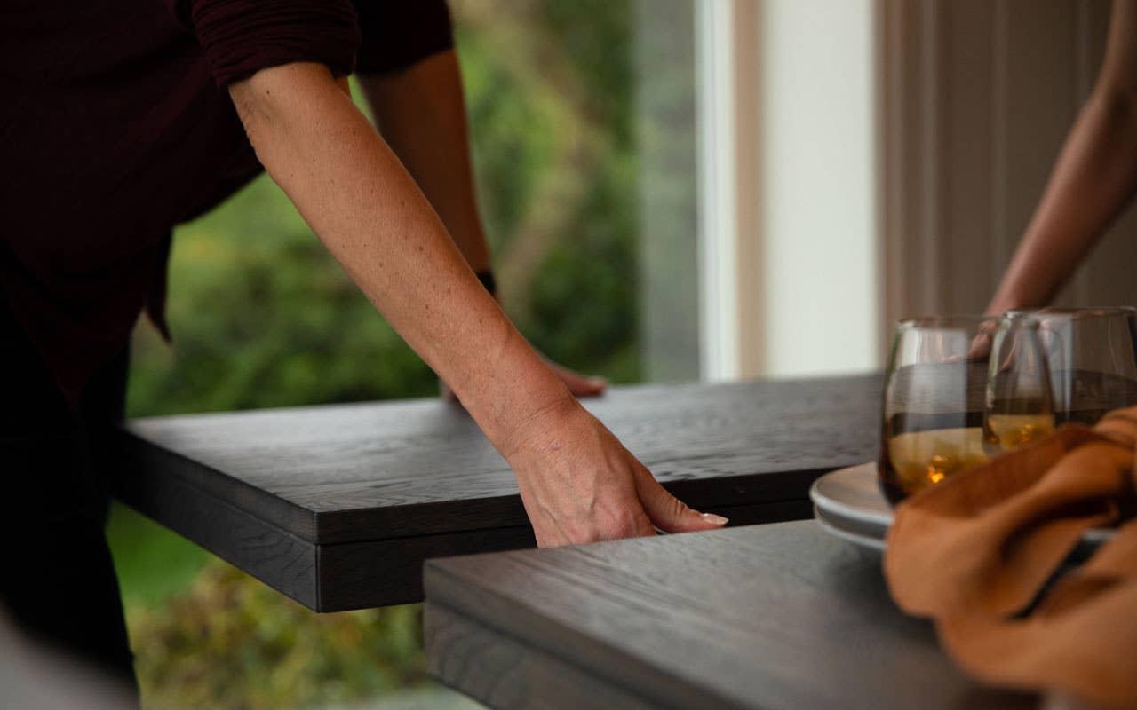 Det er enkelt å samle venner og familie rundt bordet når du kan bygge det ut med klaffer, som på spisebordet Brooklyn fra Rowico.