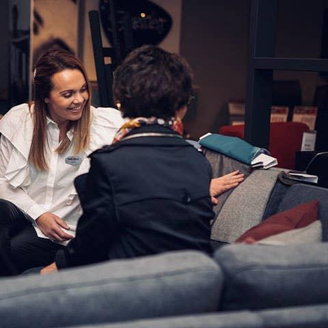 Kjersti Rostad jobber i Møbelringen Orkanger, og hjelper daglig kunder med å sette sammen sin drømmesofa – og å få det fint hjemme.