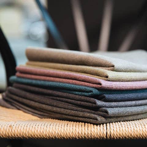 Kjenn på de ulike tekstilene i butikken, og prøvesitt sofaer så du kan føle på hvordan de ulike materialene kjennes. Du kan låne med deg stoffprøver hjem for å se hvordan fargene passer inn i hjemmet ditt.