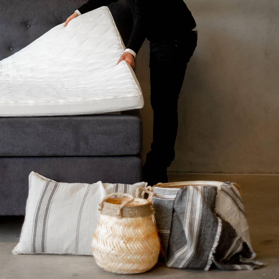 Overmadrassen holder seg best om du tar godt vare på den, og lufter og vasker trekket jevnlig. En god overmadrass varer i fem år.
