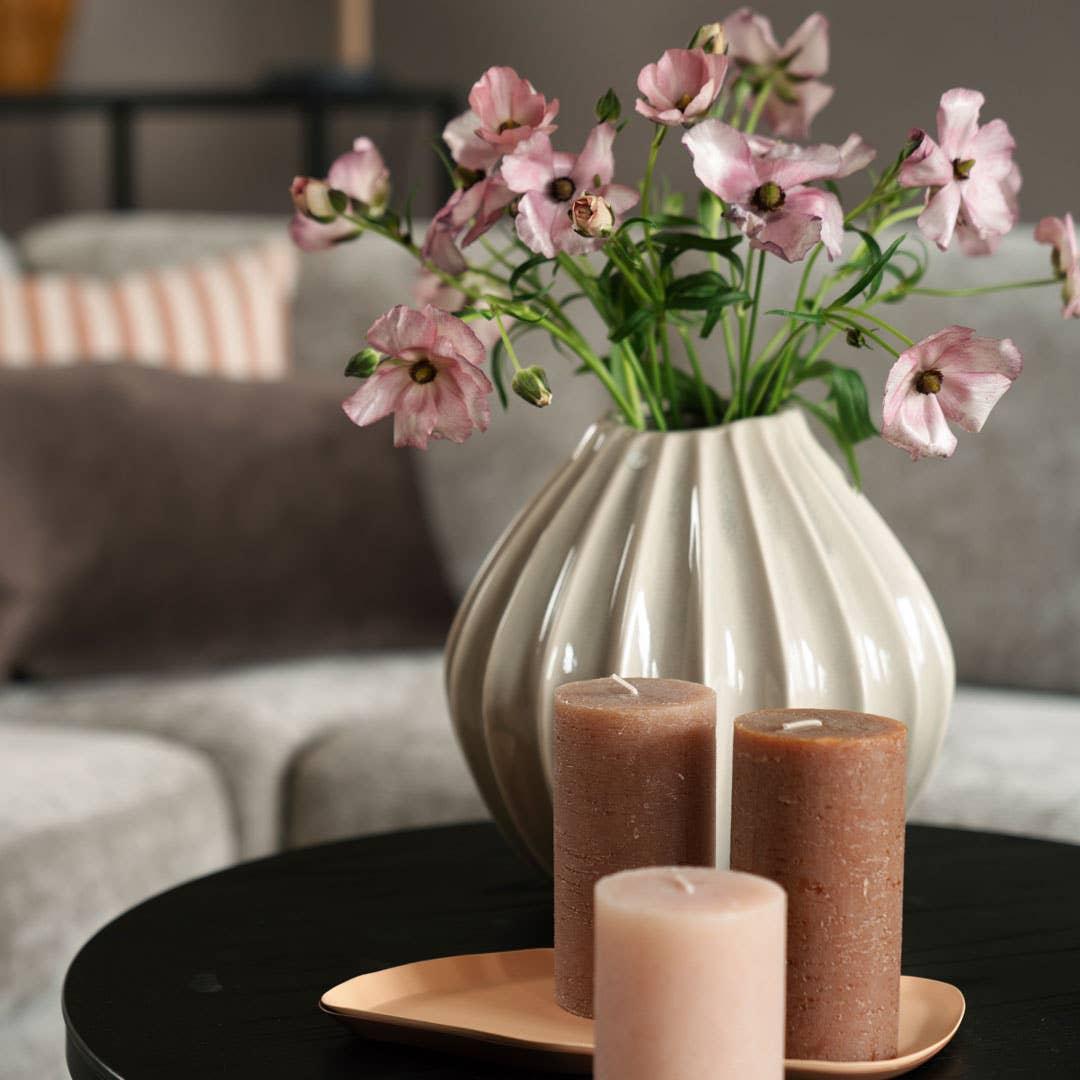 Med enkle grep kan du oppdatere stilen hjemme uten at de store møblene må byttes ut. En blomstervase, noen puter eller ny kunst på veggen kan være det som skal til for å føle at du er med på trendene.