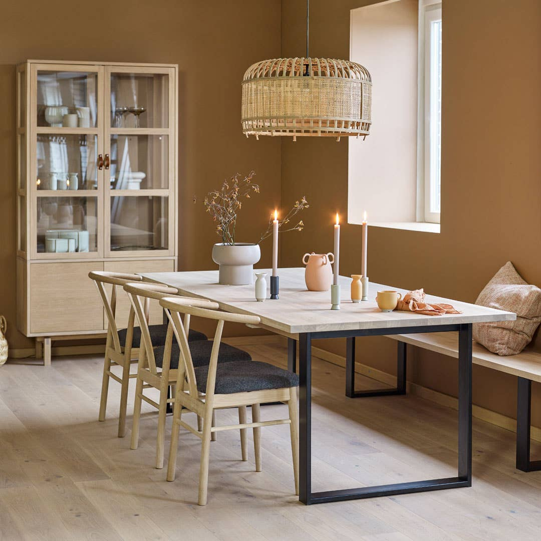 Serien Woodstory, som selges eksklusivt hos Møbelringen, kan skreddersys etter dine behov. De vakre og solide møblene er laget for både deg og generasjonen etter deg, for disse kan gå i arv om du tar vare på dem. Og det er en hyggelig tanke!