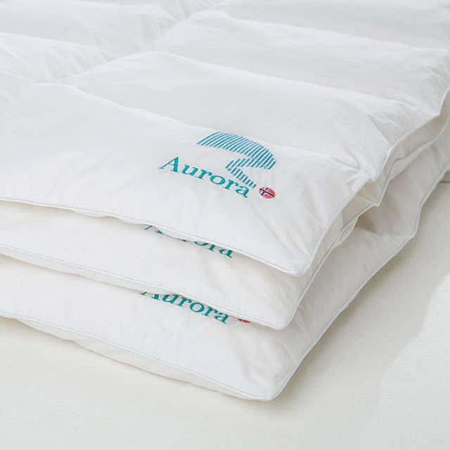 Både dun- og fiberdyner kan vaskes i maskin, og det anbefales at du vasker dynen din én gang i året. Husk at den må bli ordentlig tørr før du pakker den bort eller tar på sengetøy.